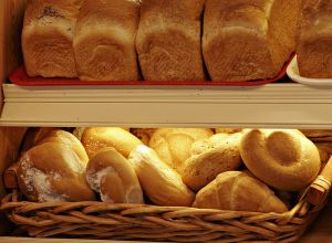 800px-Breads_and_rolls